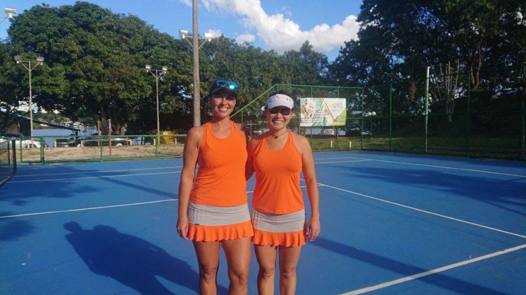 dupla feminina de tênis com uniforme igual